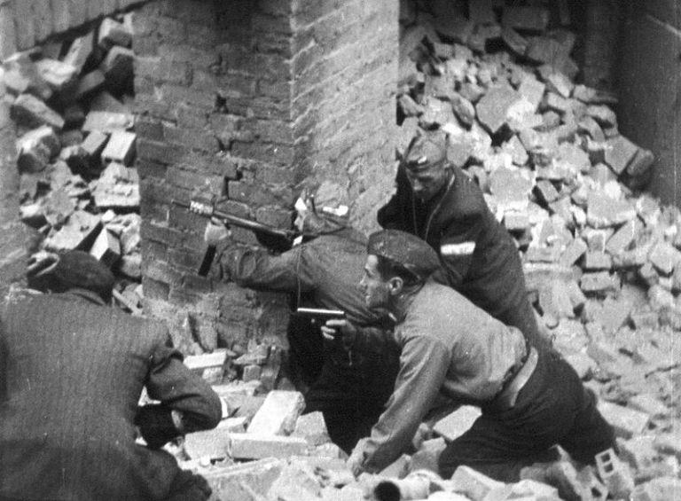 800px-Warsaw_Uprising_Blyskawica