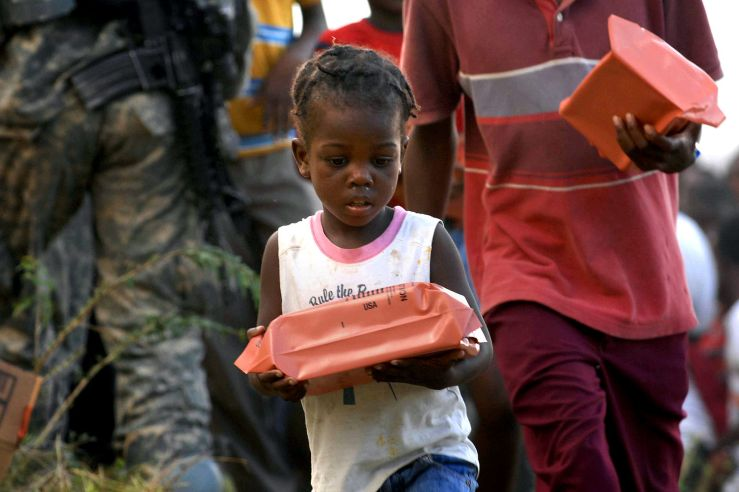 soldiers_bring_food_to_children_in_haiti
